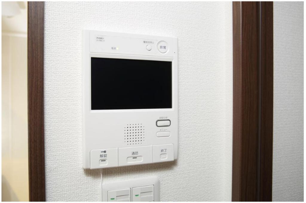 住戸内に非常通報などのセキュリティ機能を備えたカラーモニター付インターフォンを設置。