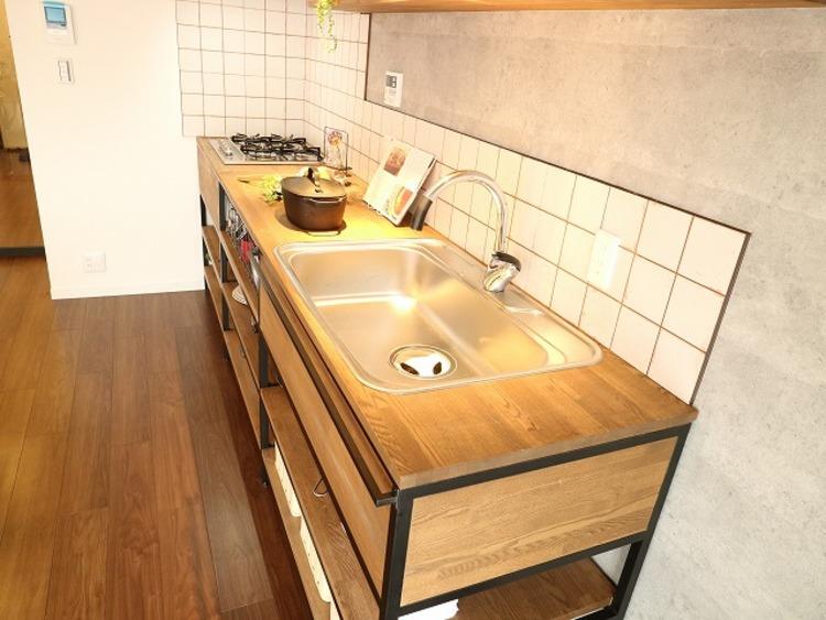 毎日をもっと軽やかに、キッチンワークをもっと効率的に。人に寄り添った美しい道具、使いこなす楽しみも教えてくれるおしゃれなキッチンです。