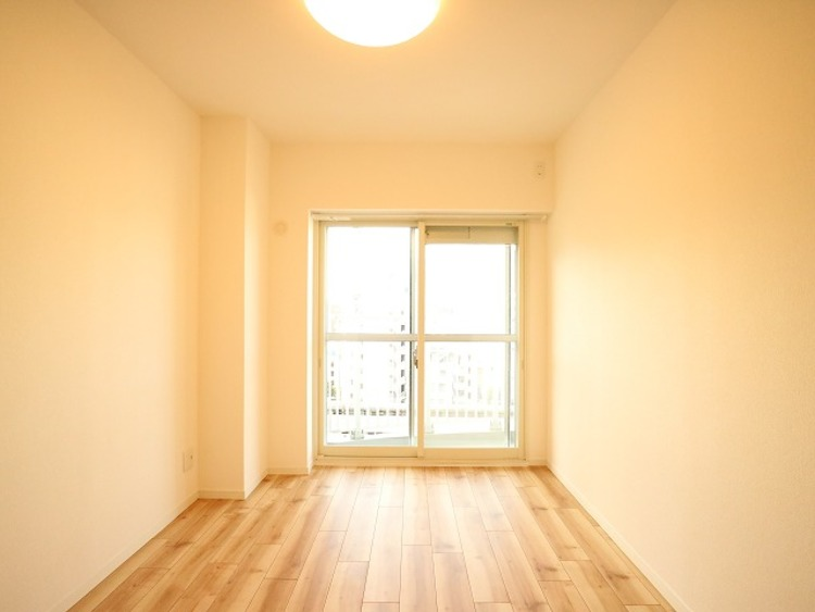 大きな窓からたっぷりと陽光が注がれる明るい空間。家族の成長に対応できる永住仕様の間取り。一日の疲れをいやしてくれる主寝室。時を忘れて過ごす場所として過ごせるお部屋。