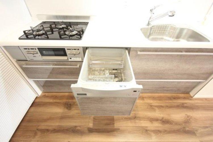 嬉しい食器洗い乾燥機を完備。後片付けの手間を減らし、時間を有効活用できますね。