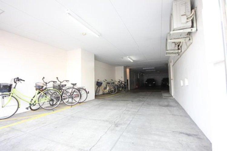 大切な自転車は屋内の駐輪場で大切に保管できますね。