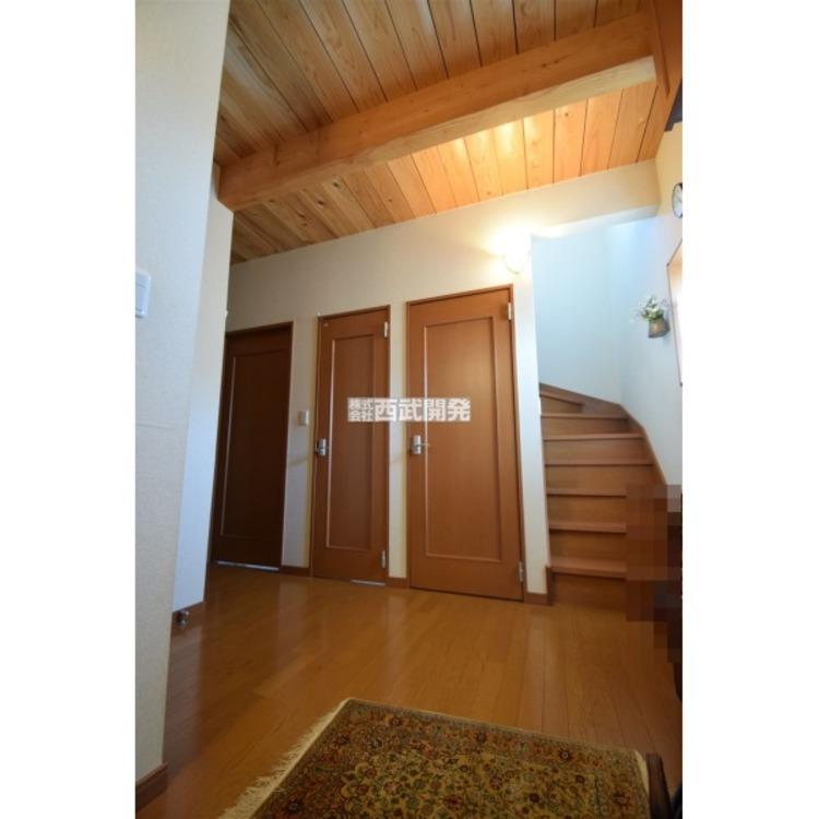 天井が高く、開放感のある玄関ホールです。