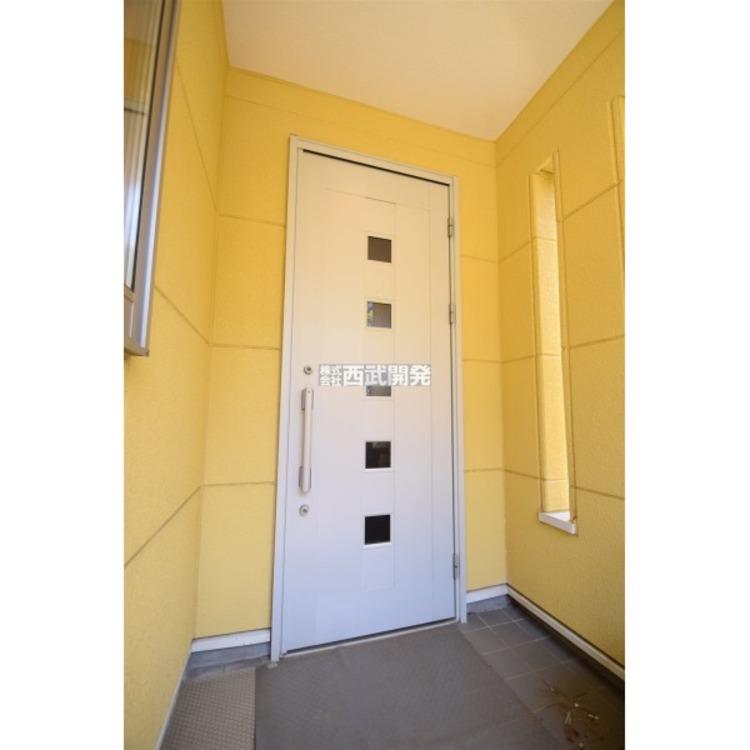 スタイリッシュで南向きの明るい玄関です。