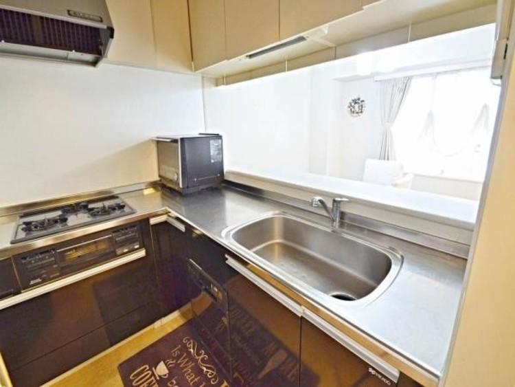 居住空間を最大限に有効活用できるL型キッチンは、効率的な家事動線をも可能に。振り返るだけで食卓に向かえ、動きに無駄なく配膳ができます。