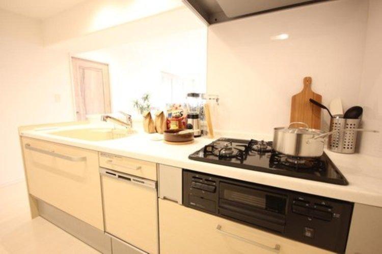 カウンターキッチンは広くて収納力もあるので、快適に料理をすることができます。食器や炊事用具を手の届くところに配置しやすいため調理もスピーディーですよ。