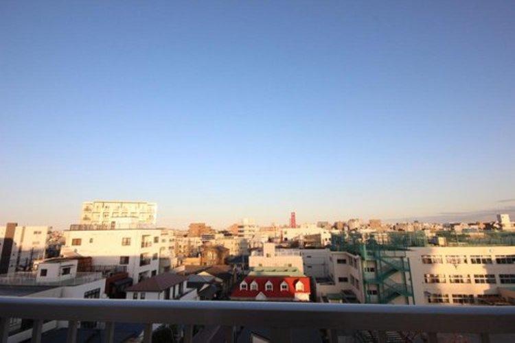 最上階で陽当たり・通風・開放感・眺望に恵まれた環境です。周辺は高い建物がなく青い空が遠くまで広がります。