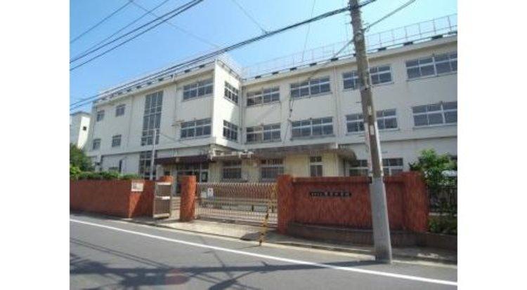 大田区立安方中学校まで750m。心豊かでたくましい生徒を育成することを方針とした中学校です。