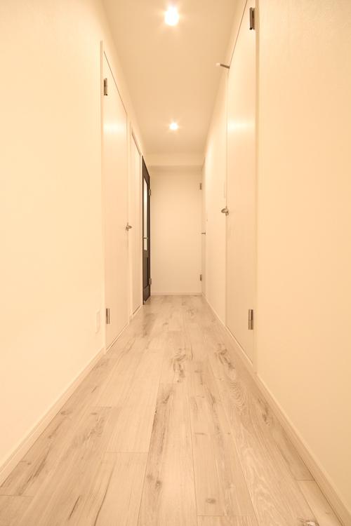 陽の光が入らず暗くなりがちな玄関も、クロスをホワイトカラーで統一し、明るく清潔感のある空間へ
