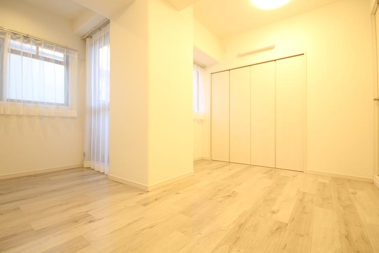 全洋室がバルコニーに面しているお住いです。大きな柱があり、家具の配置を楽しめそうです