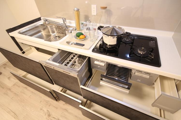 耐熱性・耐久性に優れ、調味料や洗剤などが浸透しにくい人造大理石をワークトップに採用したキッチン