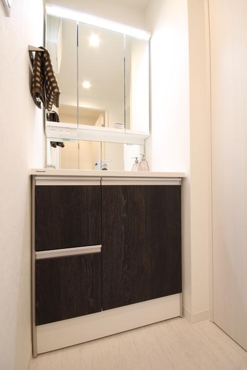 暮らしにフィットする、美しい洗面台。中央の鏡は、曇り止めシャット付です