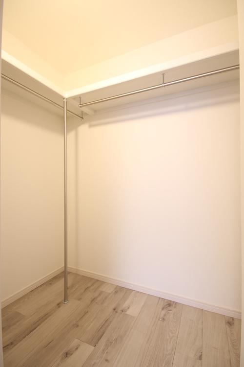 大容量のWIC付きの寝室。中にキャビネットを置くこともできるのでお部屋を広々使えます
