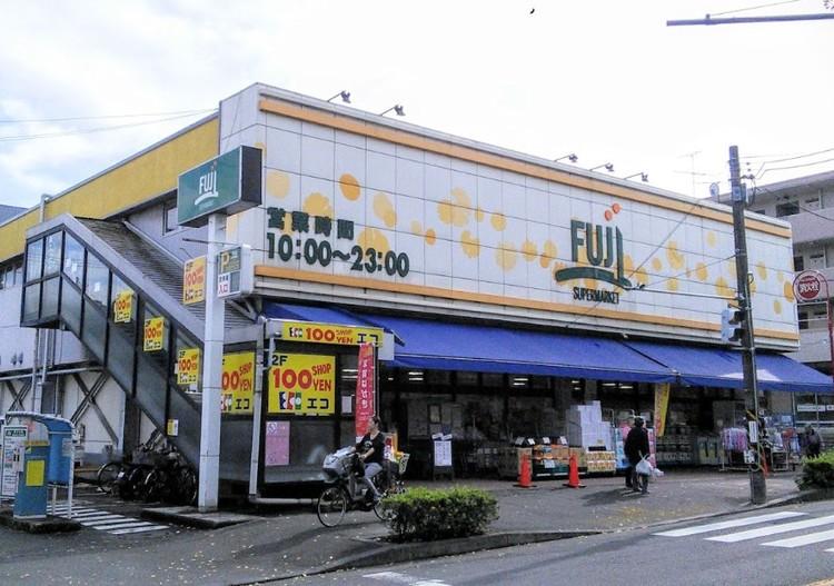 22時まで営業のスーパー。2階に100円ショップが入っています