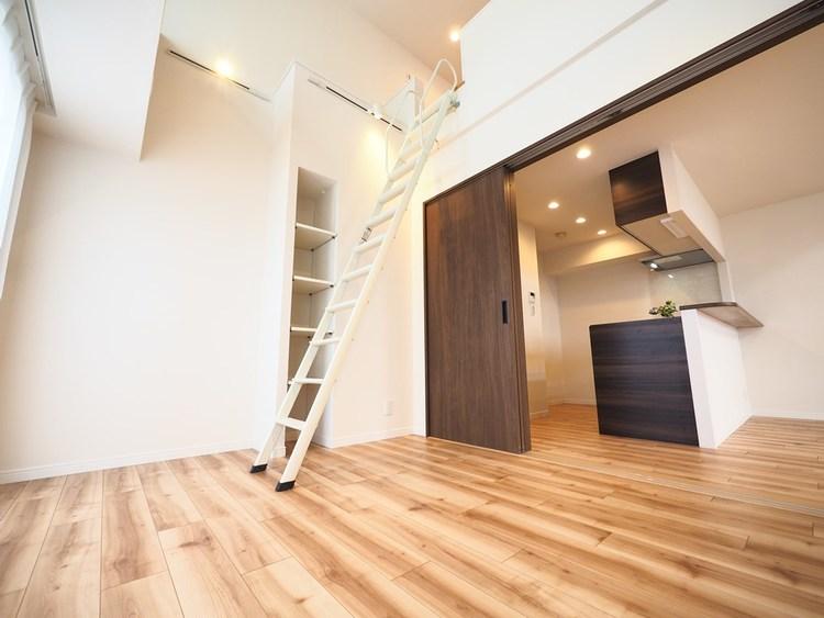 リビング・キッチンにつながっている居室。ロフトにもつながる広々空間です。