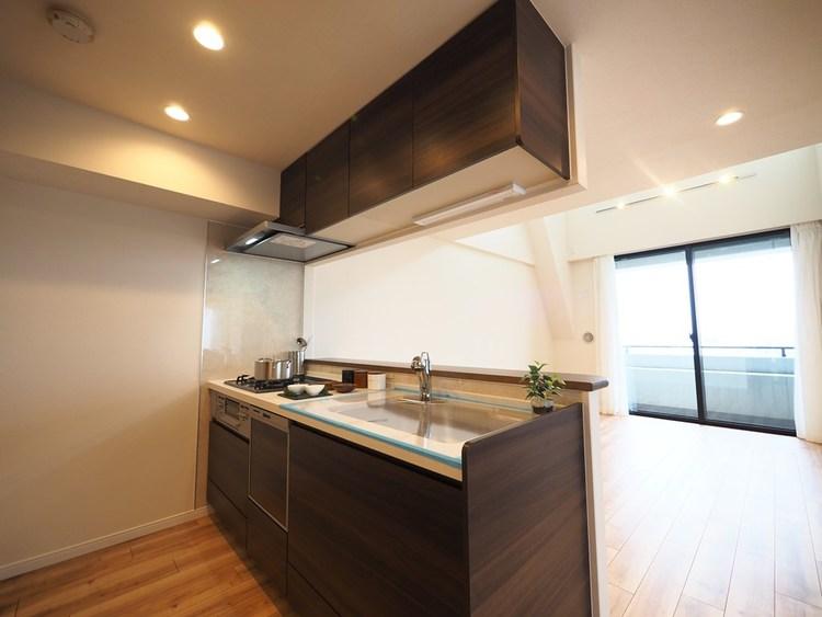 美しさと機能性に定評のある対面キッチンを採用しました。高級感ある人造大理石トップ、浄水器内蔵シャワー混合栓、そして食器洗浄機も完備。