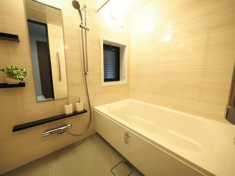 心地よいバスタイムを演出する浴室はゆとりあるサイズを採用。追炊き機能付きなので、お帰りが遅くてもお好きな時に入浴できます。