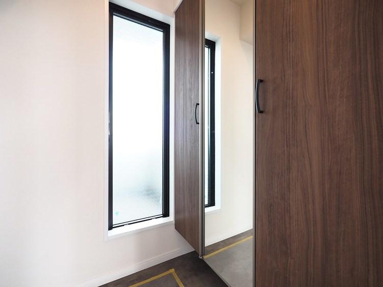 スッキリとした玄関スペースを実現した収納力のあるシューズボックス。窓も設けてあり、明るい空間 になっております。