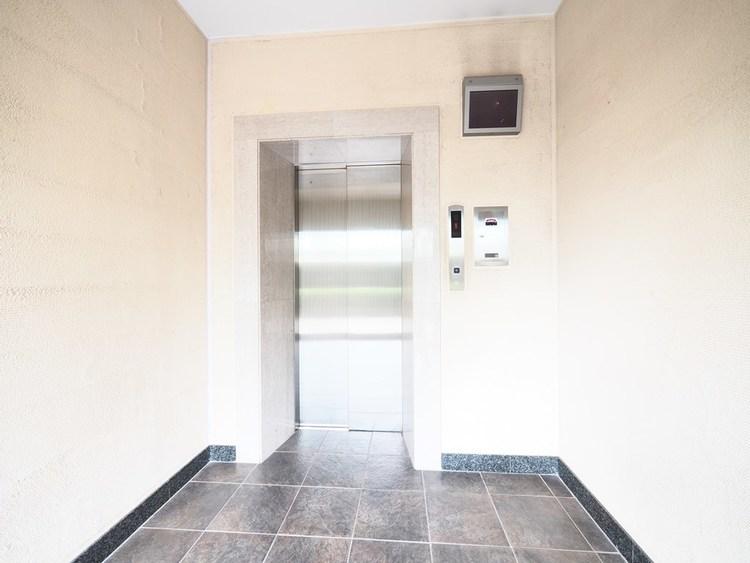 エレベーター内が分かるモニターも完備し、安心・安全を保ちます。