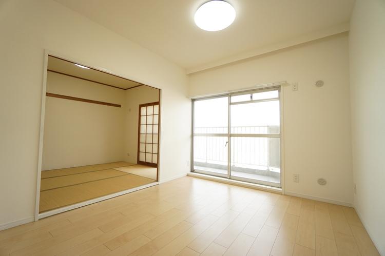 リビングダイニング 大きな窓で明るいお部屋。