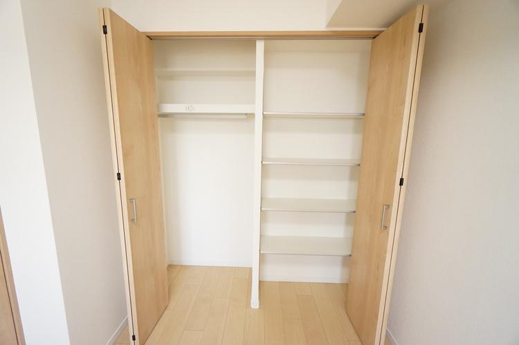 洋室 棚の幅を変えられる物入れとクローゼット