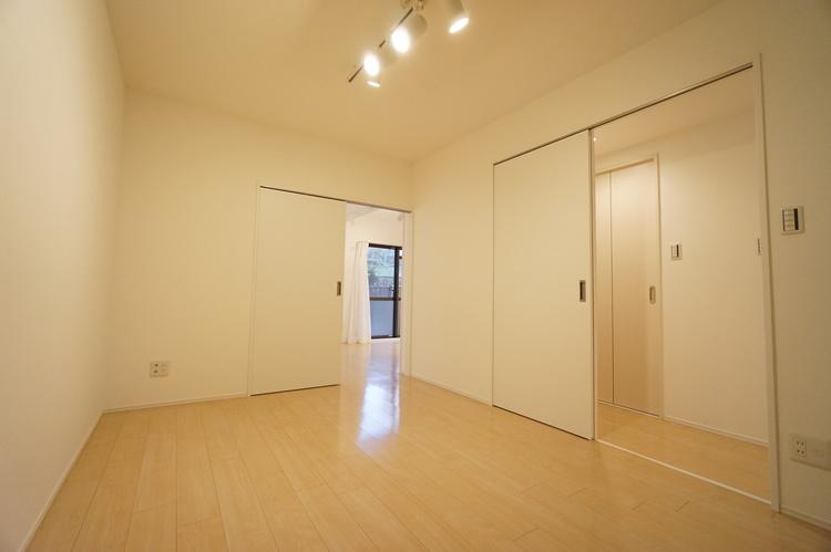 洋室 約6.0帖 廊下とリビングに行き来できる2WAYの動線。