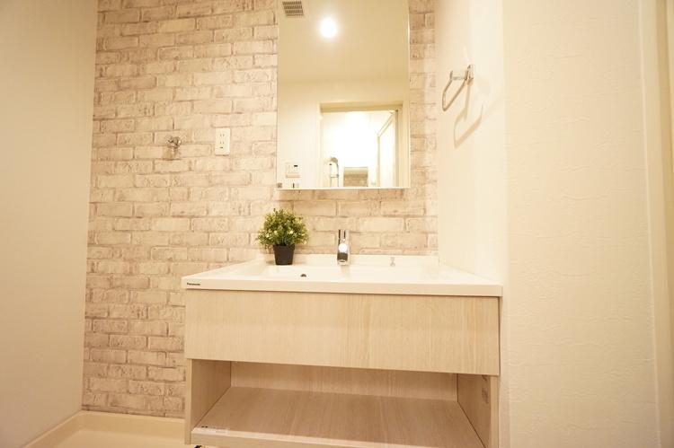 洗面化粧台 後ろのアクセントクロスが可愛い洗面室