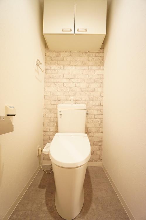 トイレ 洗面室と同じアクセントクロスで統一感があります。