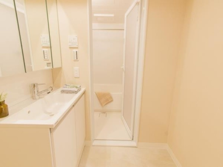 清潔感のあるホワイトを基調とした洗面台には三面鏡を採用。鏡の裏にも収納スペースが有ります。ドラム式の洗濯機を配置しても十分なスペースを確保した設計となっております。