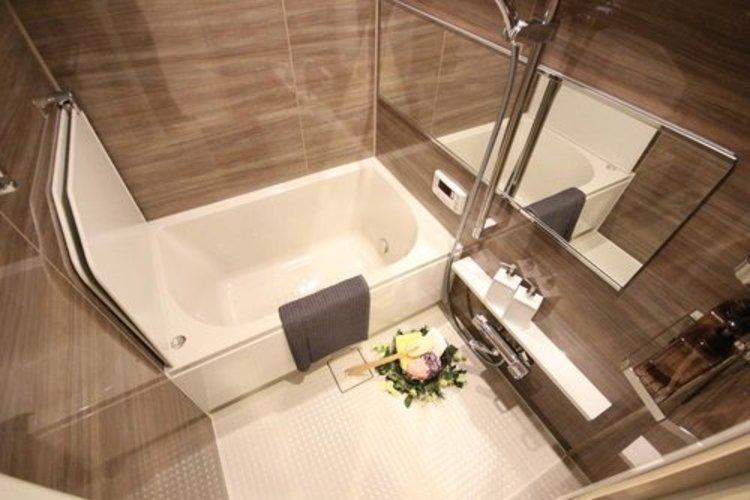 【浴室(同社施工事例)】高級感溢れるカラーと大きさ。柔らかな曲線で構成された半身浴も楽しめるバスタブが心地よさをもたらします。