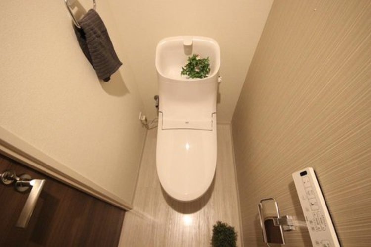 【トイレ(同社施工事例)】白を基調とし、清潔感のある空間に仕上がりました。人気のウォシュレットタイプを採用し、日々の生活を快適に。