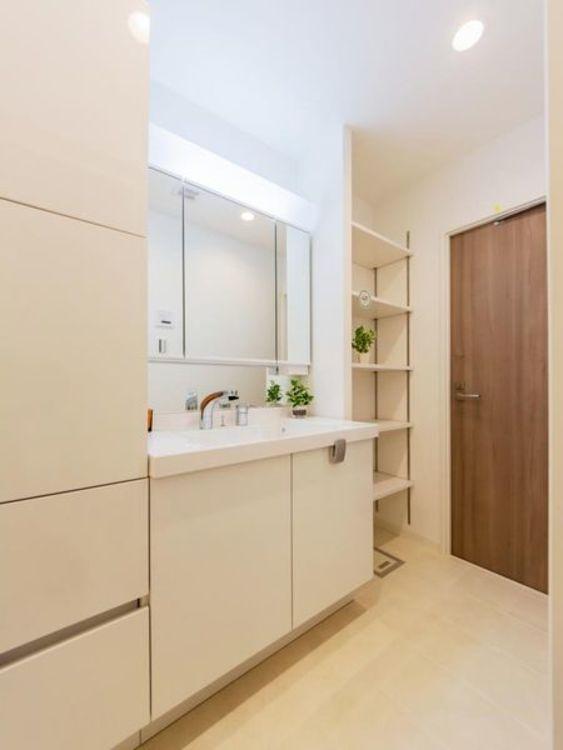 「洗面室」収納をたっぷりと設けた清潔感のある洗面室