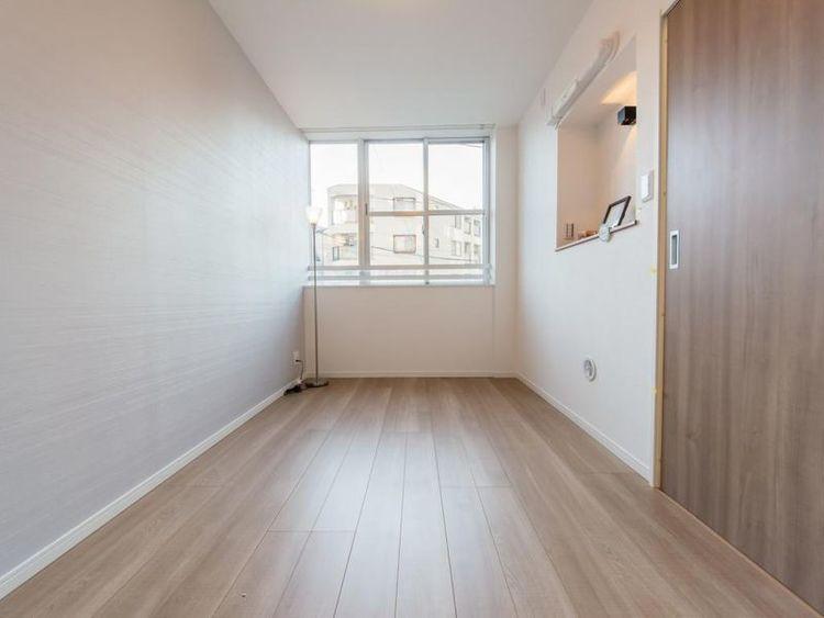 「洋室」約5.4帖 太陽の陽射しを受け明るく暖かい空間