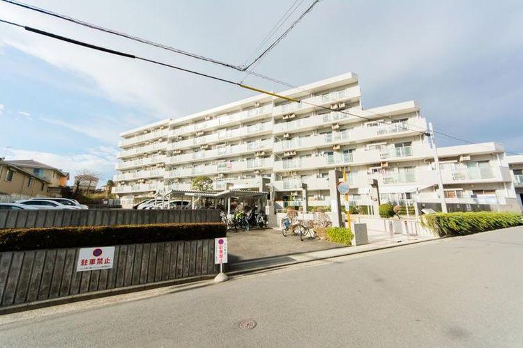 「外観写真」茅ヶ崎海岸まで約2km、飲食店やスーパー・コンビニが点在する桜道が近く暮らしやすい環境。