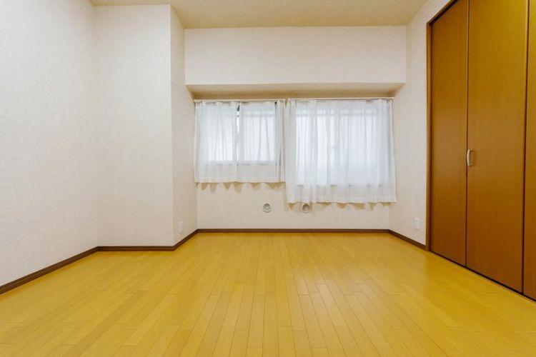 「洋室」約7.5帖 全室収納付きでお部屋もすっきりと片付きます。