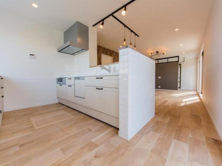 【キッチン】清潔感あふれる白で統一されたキッチンにはカップボードもございますので収納に困りません。