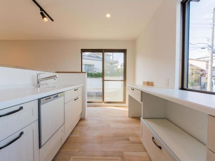 【キッチン】お料理中でもお部屋全体と外の様子がわかるキッチン
