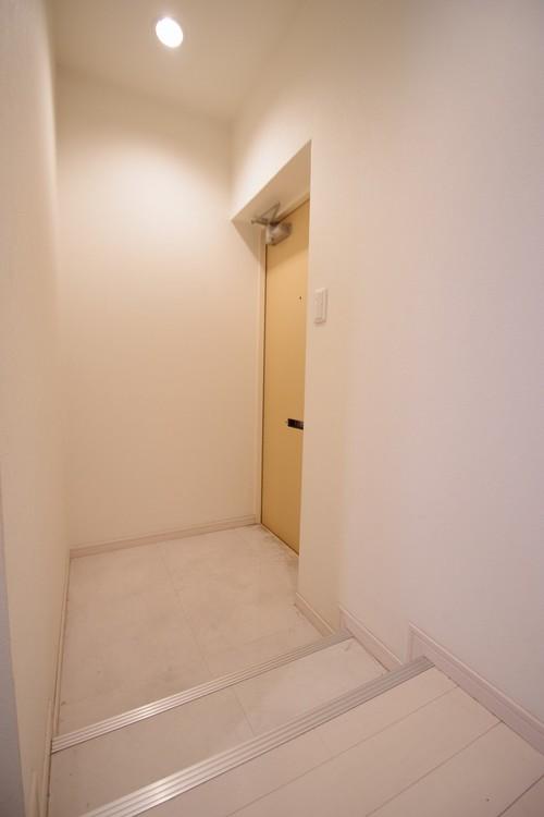 明るさとコントラストを兼ね備えた玄関