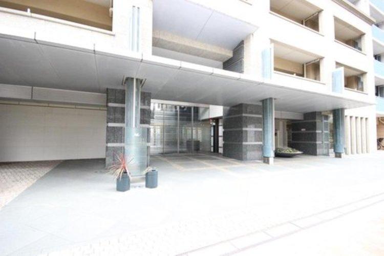 エントランスなどの共用部分は高級ホテル並みの豪華さ。ホテルライクなフロントサービス、フロントでのコンシェルジュサービス。ソフト面でもハード面でもワンランク上のホスピタリティ。