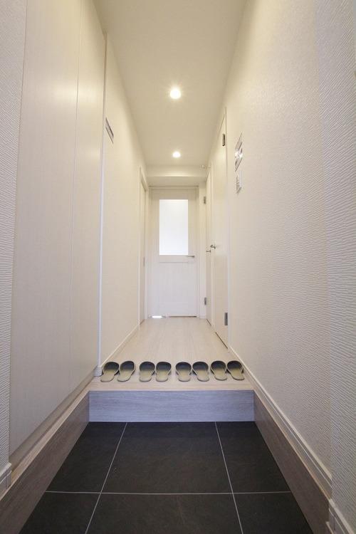 消し忘れの多い玄関照明は、人感センサーを採用。電気の無駄遣いを防ぎます
