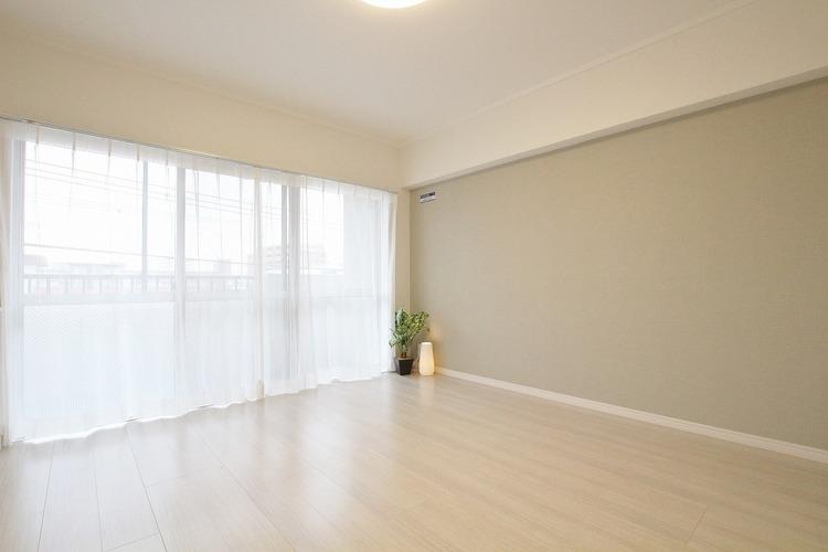 バルコニーに面したお部屋は大きな窓から明るい光と爽やかな風を感じることができます