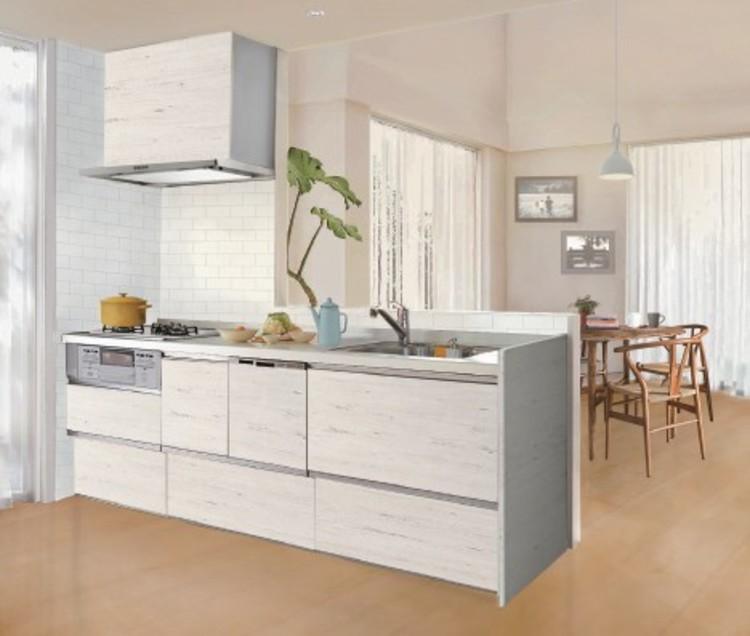 こだわりのビンテージ仕上げで温かみのある風合いの扉とホワイト系のワークトップをマッチングしたキッチン
