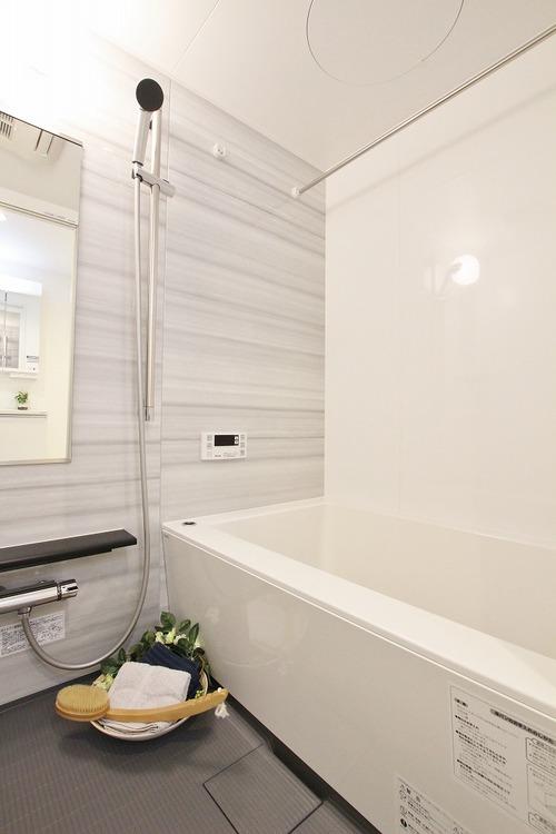 浴室乾燥機・追焚機能付の快適バスルーム。スライドバーで使いやすいシャワーヘッドの位置に調整できます