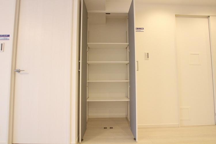 日用品のストックに便利なリビング収納。棚の高さ調整可能です