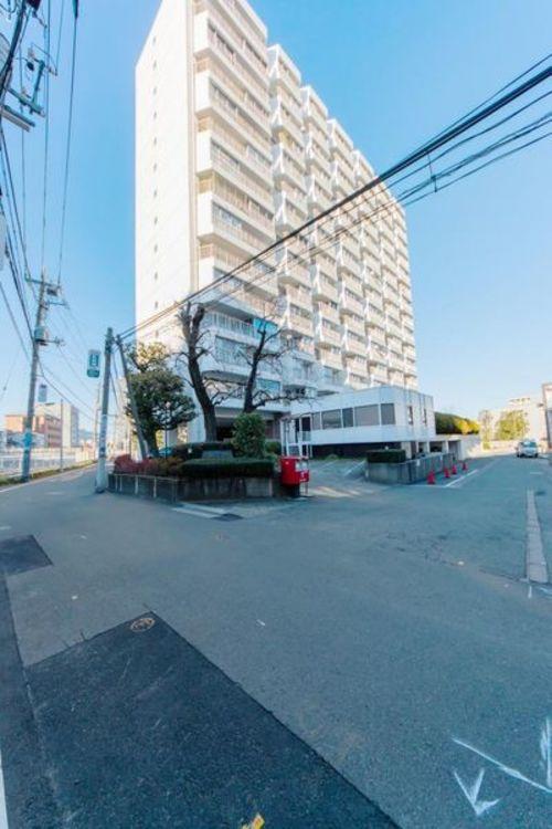 「外観写真」目黒駅より徒歩3分の好立地。周辺には生活に便利な施設が充実しています。