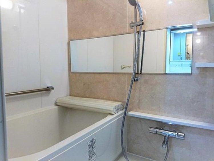 白を基調としたバスルームは、一日の疲れを癒やす空間。便利なワイドミラーがうれしいですね。