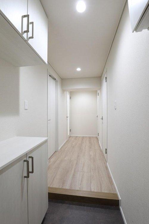 清潔感のある落ち着いた雰囲気の玄関。安らぎに満ちた空間がここから始まります。