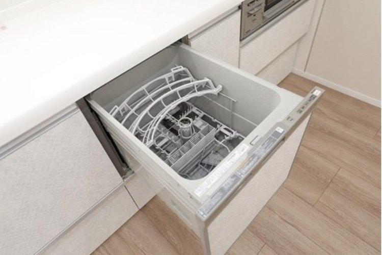 嬉しい食器洗い乾燥機を完備。後片付けの手間を減らし、時間を有効活用できますね