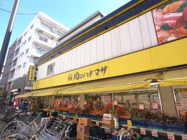 ハナマサは、株式会社花正が経営し、関東地方に店舗を展開しているスーパーマーケットである。店舗に並ぶ商品はいずれも通常のスーパーで売られているサイズよりも大きめである。
