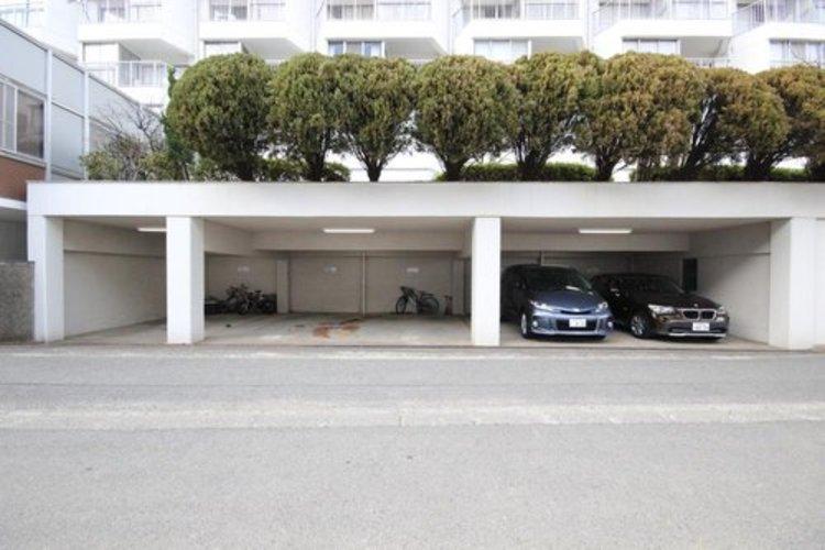 屋根つきの平面駐車スペースが嬉しいですね。高さは注意ですがお車をお持ちの方でも余裕を持って駐車できるスペースです。※空き状況は都度ご確認下さい。