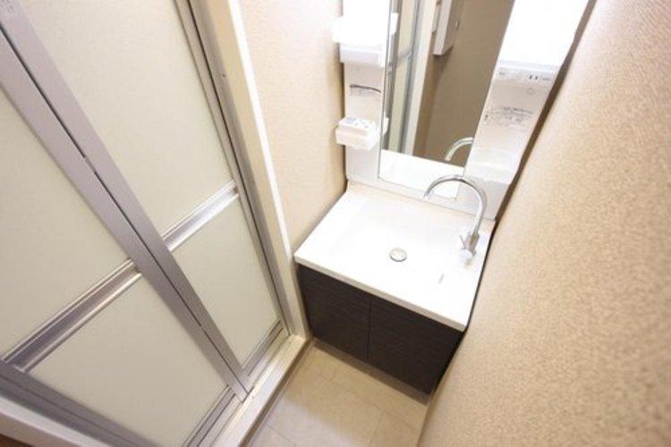 だしなみを整えやすい事はもちろんですが、鏡の後ろに収納スペースを設ける事により、散らかりやすい洗面スペースをすっきりさせる事が出来るのも嬉しいですね。